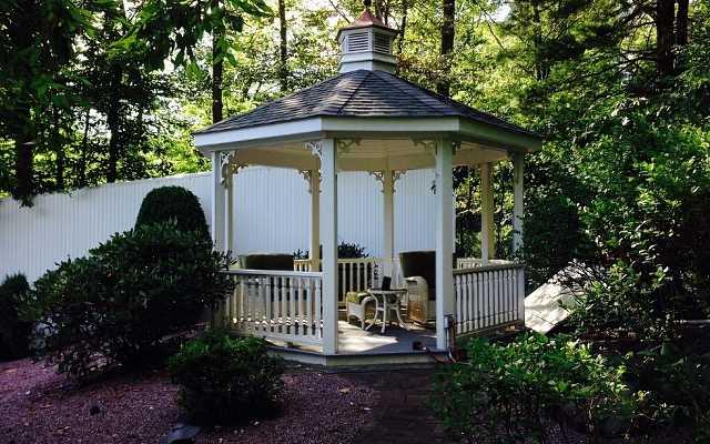 Pawilon ogrodowy czy altana – co będzie lepszym wyborem dla Waszego ogrodu?
