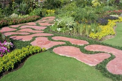 Ścieżka w ogrodzie z pięknie przystrzyżoną trawą - source: FreeDigitalPhotos.net  by Toa55