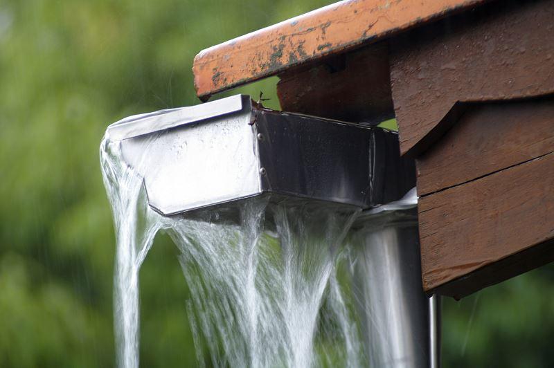 Jak wykonać skuteczne odprowadzenie wody deszczowej 2