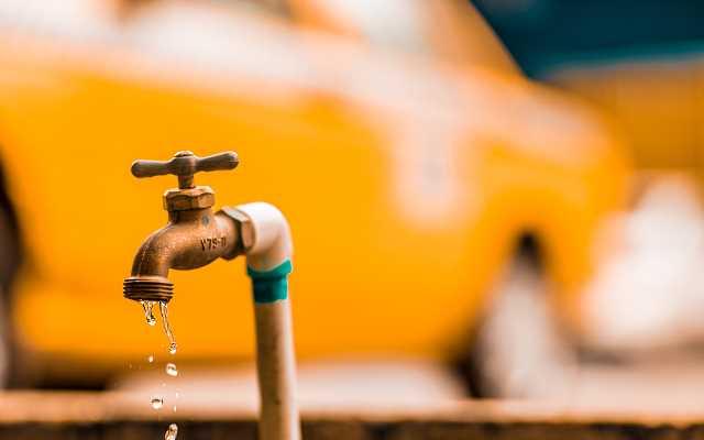 Własna studnia głębinowa. Ile kosztuje? Ile można oszczędzić na wodzie?
