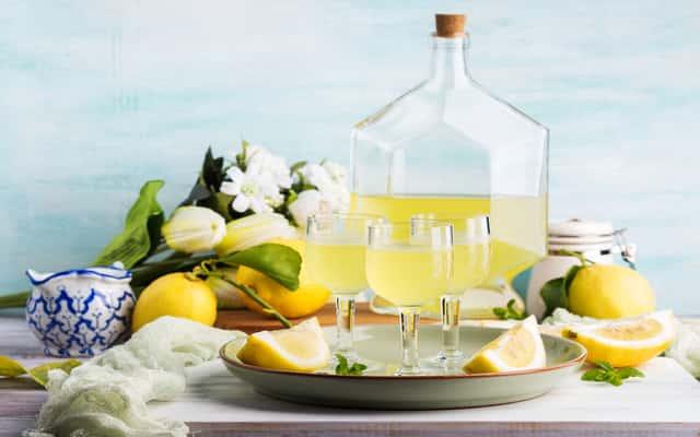 Nalewka cytrynowa – najlepsze przepisy na cytrynówkę na spirytusie i na wódce