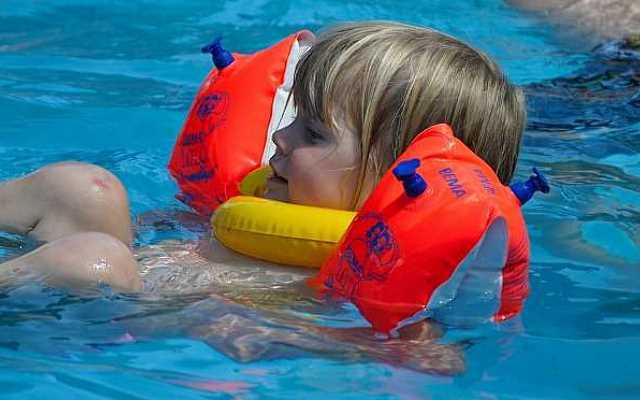 dzieci zaczynają naukę pływania najczęściej w przydomowych basenach