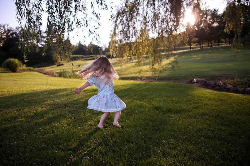 Dziewczynka na trawniku