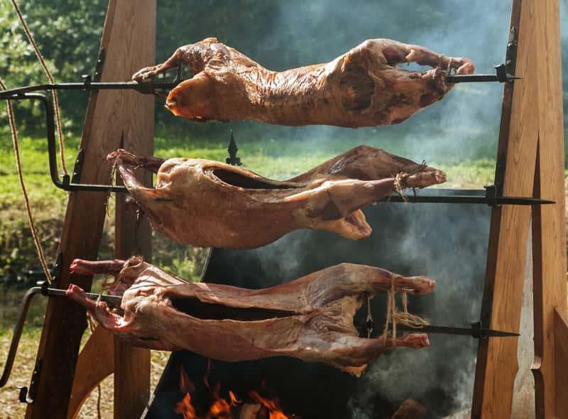 Mięso podczas wędzenia w wędzarni