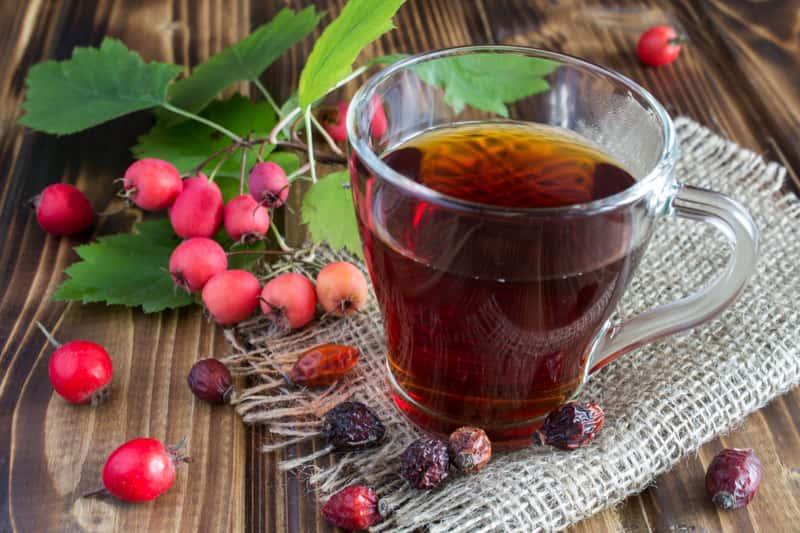 Herbata z dzikiej róży w szklance