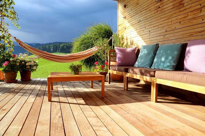 Efekty świetlne na tarasie w ogrodzie