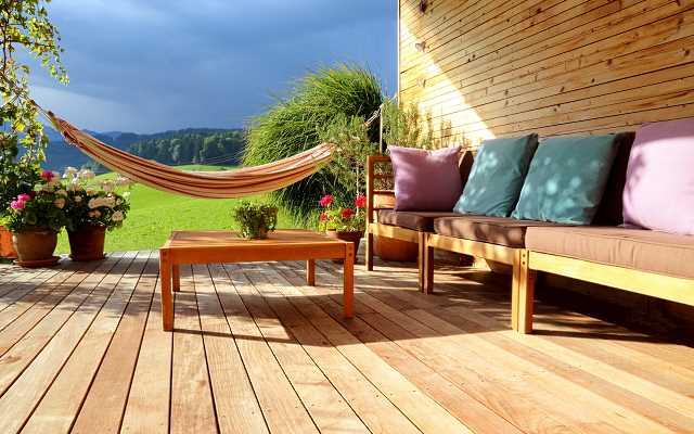 Jakie efekty świetlne możesz osiągnąć, urządzając taras lub domowy ogród?