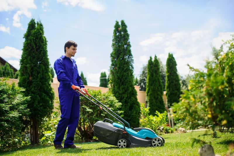 Mężczyzna podczas koszenia trawnika