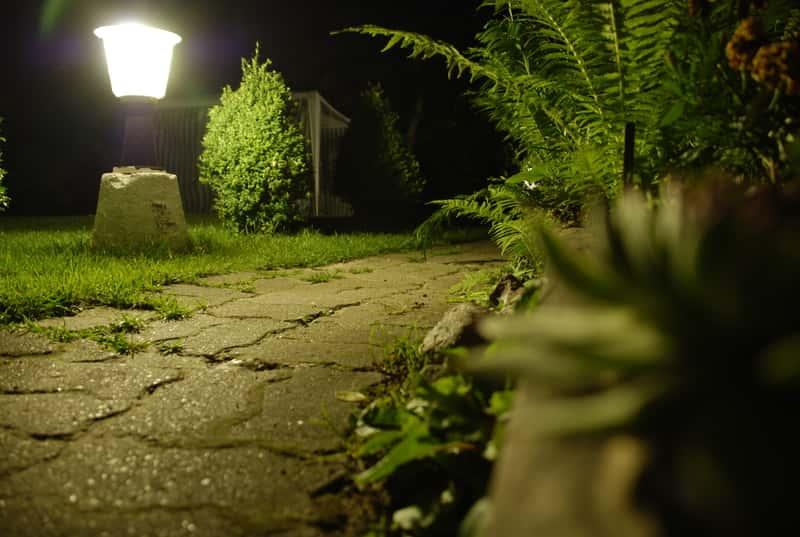 Lampa ogrodowa przy ścieżce