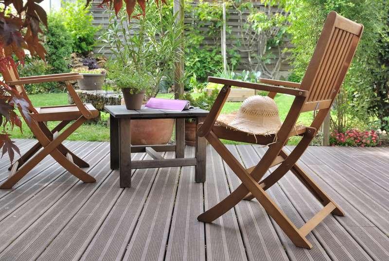 Aranżacja werandy z meblami ogrodowymi z drewna