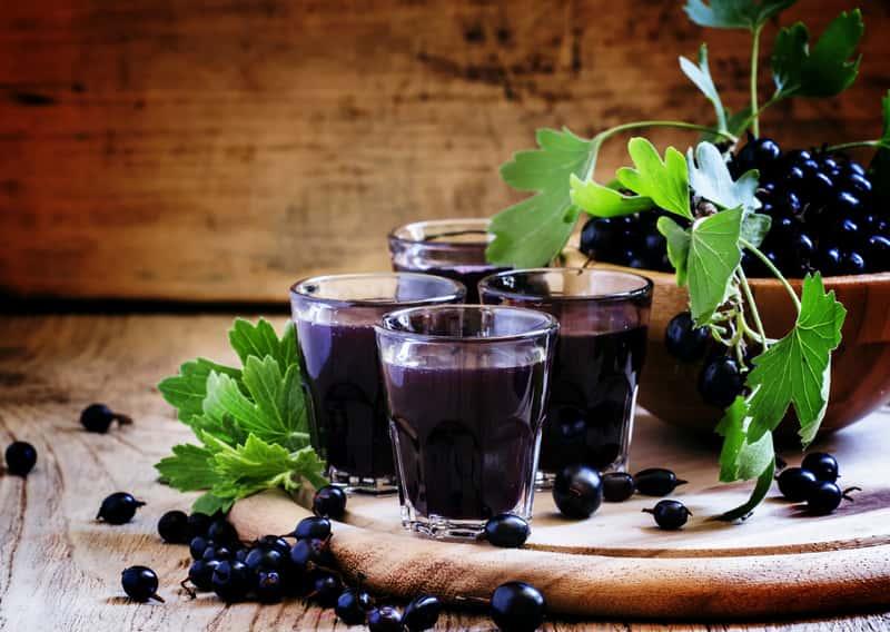 Nalewka z czarnej porzeczki w szklankach