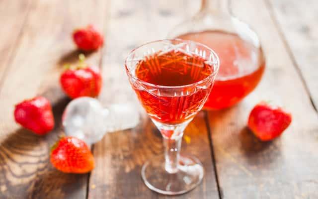 Nalewka z truskawek - sprawdzone przepisy na spirytusie i wódce