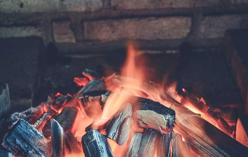 Ogień w piecu ogrodowym