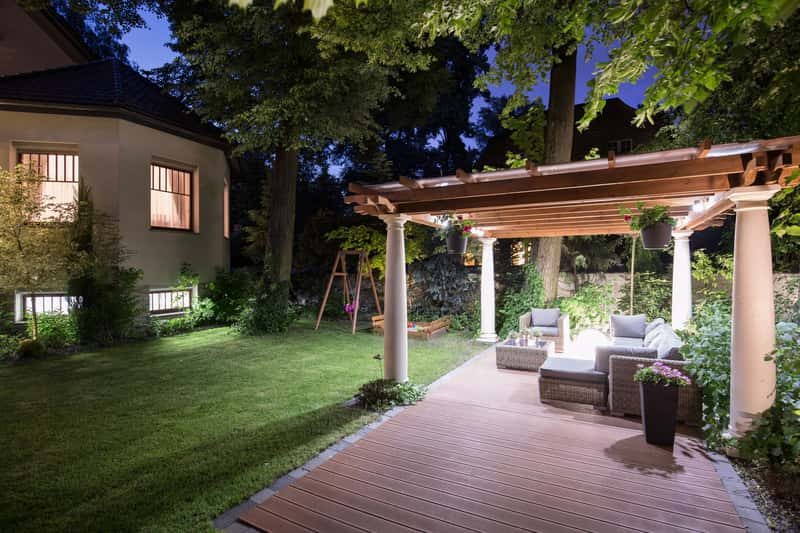 Pięknie oświetlona altana ogrodowa