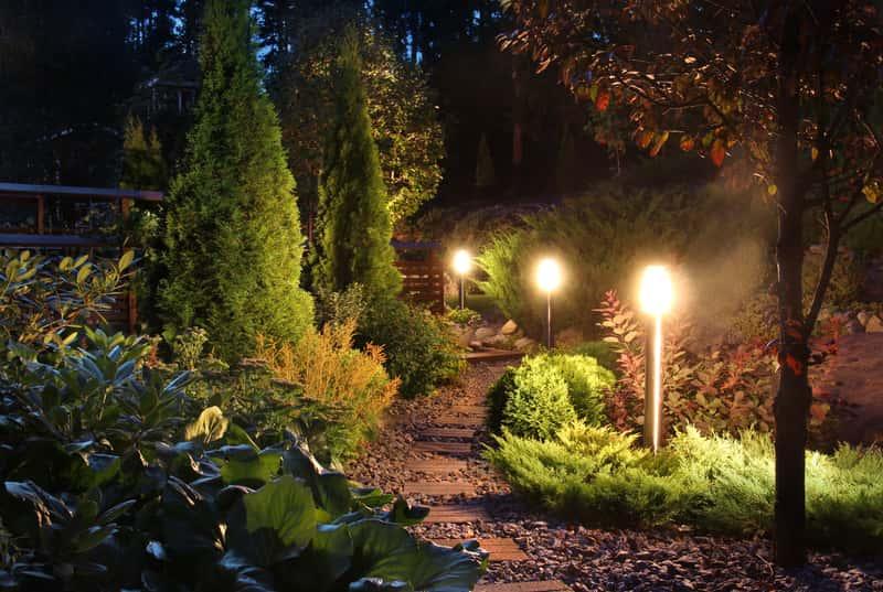 Oświetlenie ogrodowe nocą