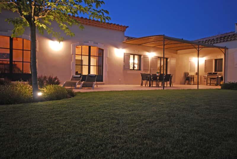 Pięknie oświetlony taras przy domu
