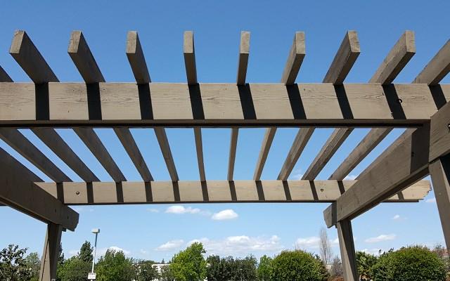 Pergole ogrodowe - rodzaje, ceny, polecane materiały i sposoby wykonania
