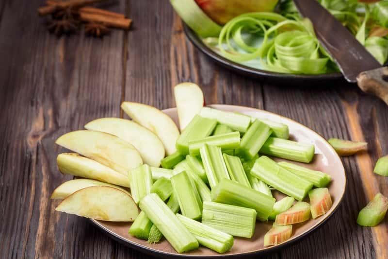 Najlepszy przepis na kompot z rabarbaru i jabłek krok po kroku
