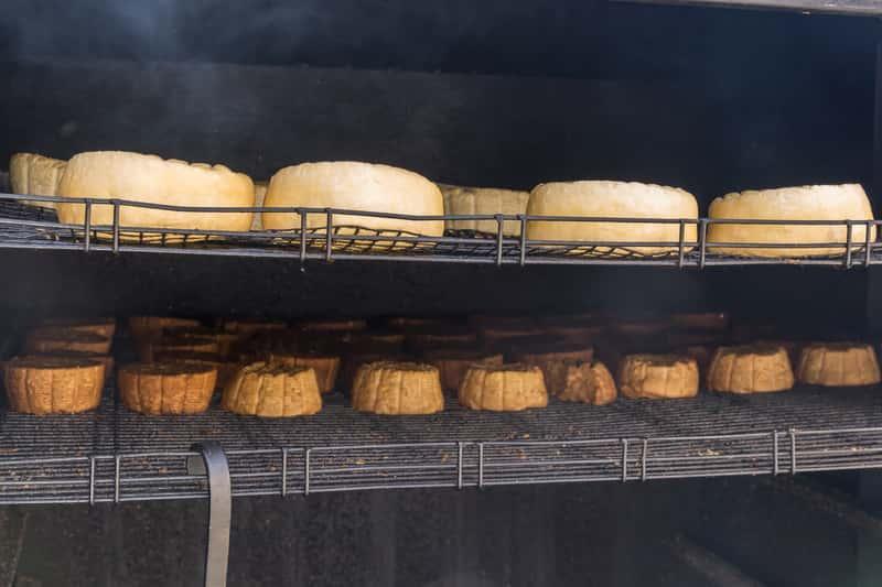 Jak wędzić ser? Praktyczny poradnik wędzenia sera w domu