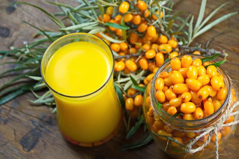 Sok z rokitnika w dzbanku i owoce rokitnika w słoiku. Właściwości soku z rokitnika są warte poznania i wykorzystania.