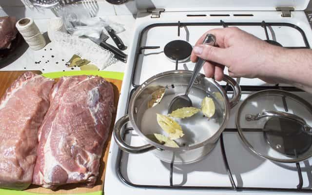 Najlepszy przepis na solankę do mięsa - przygotuj ją sam krok po kroku