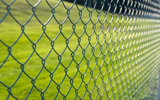Jakie są tanie ogrodzenia działki? Przeglądamy typy ogrodzeń i ich ceny