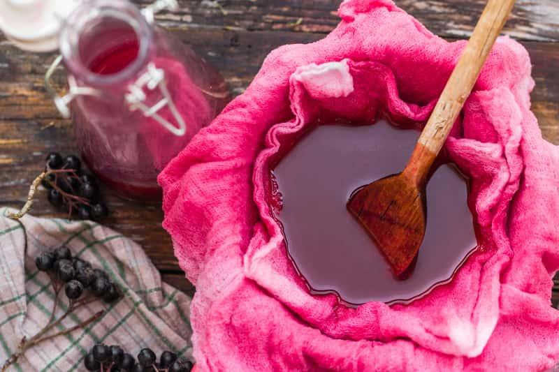 Wino z aronii – przepis na przygotowanie wina aroniowego krok po kroku
