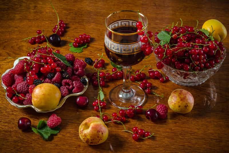 Wino z czerwonej porzeczki - sprawdzone przepisy krok po kroku