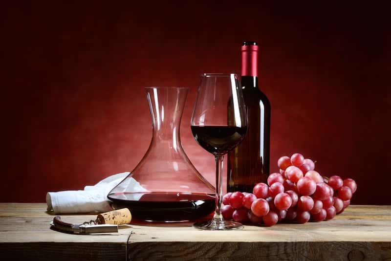 Wino z winogron w karafce i butelce