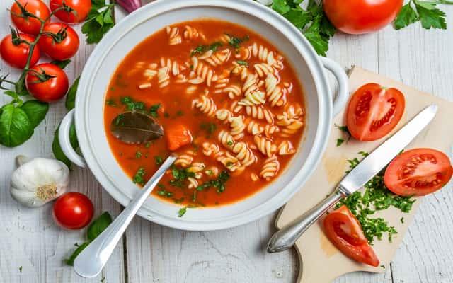 Zupa pomidorowa ze świeżych pomidorów - 3 proste przepisy
