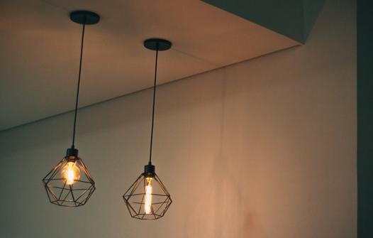 Jak wybrać oświetlenie do salonu w stylu i industrialnym?