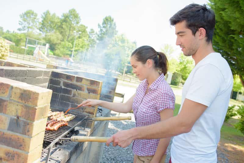 Grill ogrodowy, na którym para smaży wyjątkowe smakołyki, a także budowa grilla ogrodowego murowanego krok po kroku