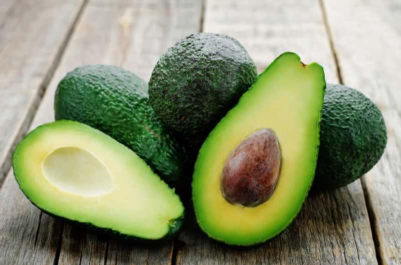 Owoce awokado z pestką, a także informacje, jak zasadzić awokado i wyhodować awokado z pestki w doniczce