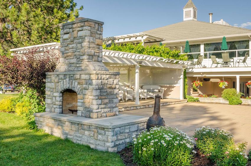Murowany grill to świetne rozwiązanie. Jest praktyczny i estetyczny, ładnie wygląda w ogrodzie. Można go połaczyć z wędzarnią