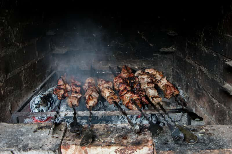 Rozpalone palenistwo w murowanym grillu, a także murowany grill z wędzarnią do ogrodu, projekt, cena, koszt wykonania