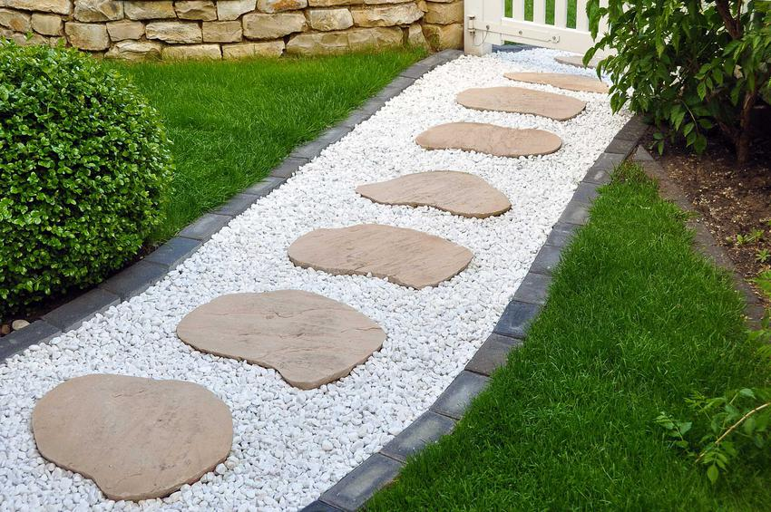 Ścieżki w ogrodzie należy wytyczyć tak, by można było bez problemu dotrzeć do wszystkich punktów ogrodu.