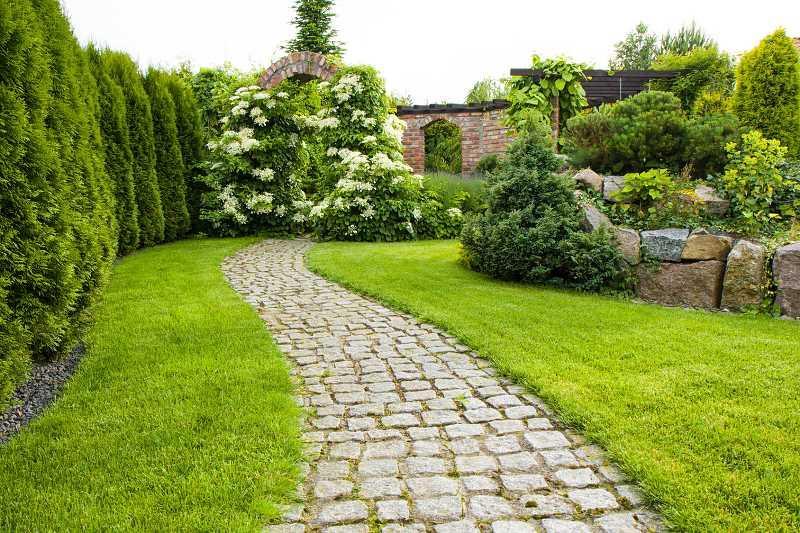Ścieżka w ogrodzie wyłożona kostką brukową, a także jak wykonać ścieżki w ogrodzie krok po kroku z różnych materiałów