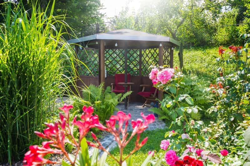 Najpiękniejsza altana ogrodowa otoczona roślinami, a także porady i inspiracje, jak zrobić piękne ogrody przydomowe