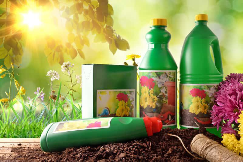 Biohumus i nawóz w zielonych butelkach plastikowych, a także ceny, dawkowanie, skład oraz stosowanie krok po kroku