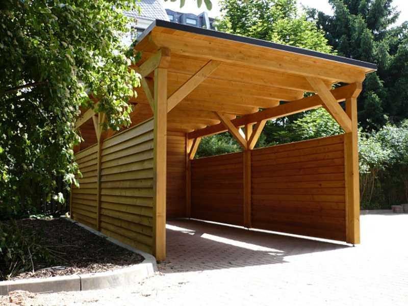 Drewniana wiata stojąca przy domu, a także informacje, jak garażować auto na działce