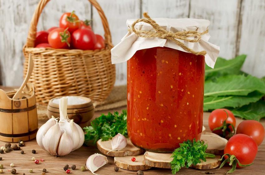 Przecier pomidorowy domowy do słoików to jeden z najlepszych smaków. Można go wykorzystać zimą. Przetwory z pomidorów nie są trudne do przygotowania.