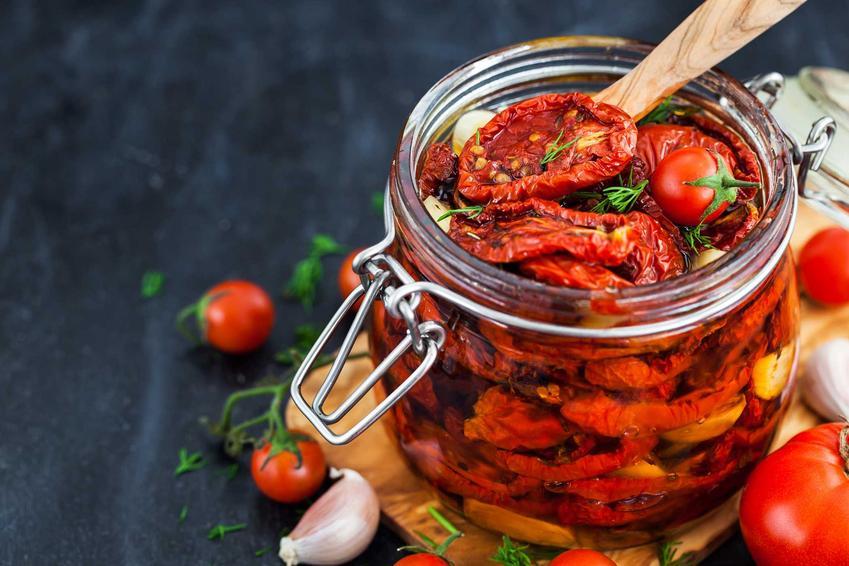 Przetowry z całych pomidorów to świetny sposób na zachowanie lata na długo. Weki z pomidorami na zimę powinny być w każdym domu.
