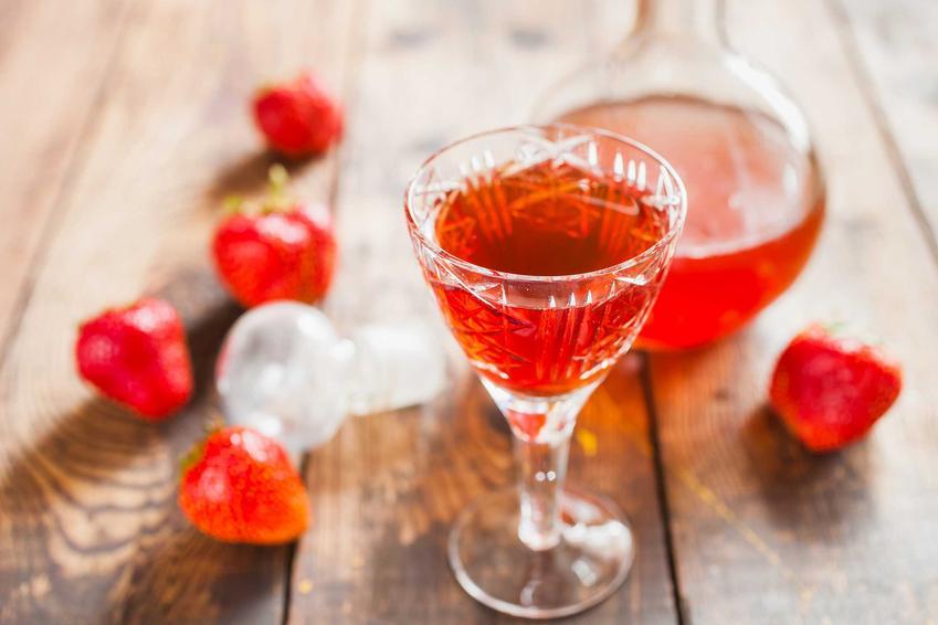 Nalewka z truskawek to jedna z najlepszych nalewek na zimę. Ma rubinowy kolor i wspaniały, słodko-owocowy smak. Przelana do ozdobnej karafki bardzo ładnie wygląda.