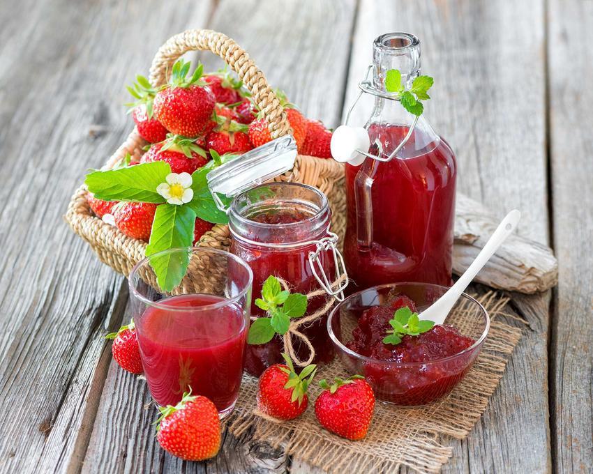 Przetwory z truskawek to największy przysmak na zimę. Można z nich robić różnego rodzaju kompoty, soki i dżemy, które mają fantastyczny aromat i słodki smak.