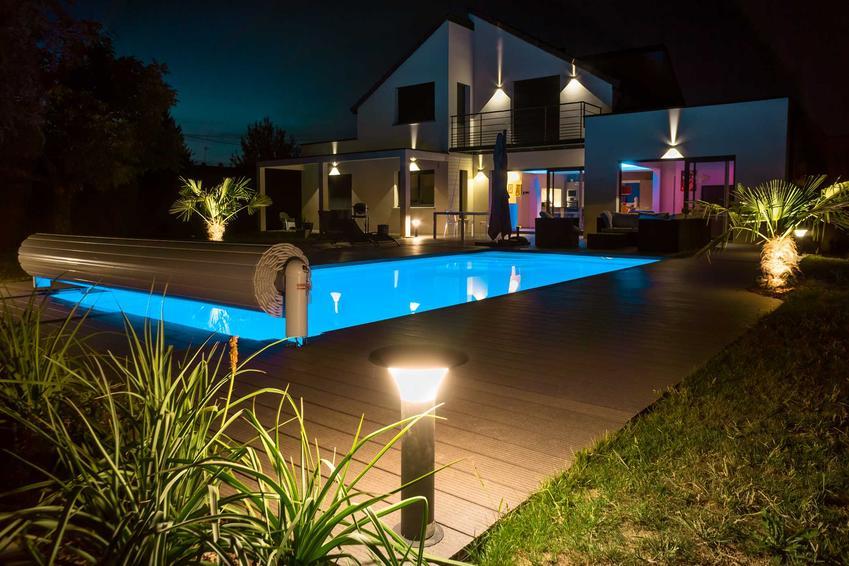 Lampy LED bardzo dobrze sprawdzają się w ogrodzie. Oświetlenie ogrodowe zwiększa bezpieczeństwo i poprawia wygląd ogrodu.
