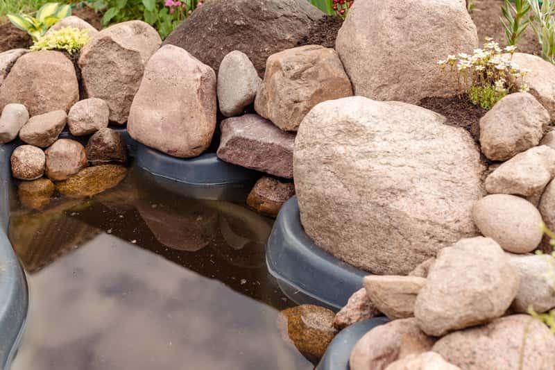 Sklaniak z kamieni polnych przy oczku wodnym, a także projektowanie i  budowa skalniaka  z kamieni - krok po kroku