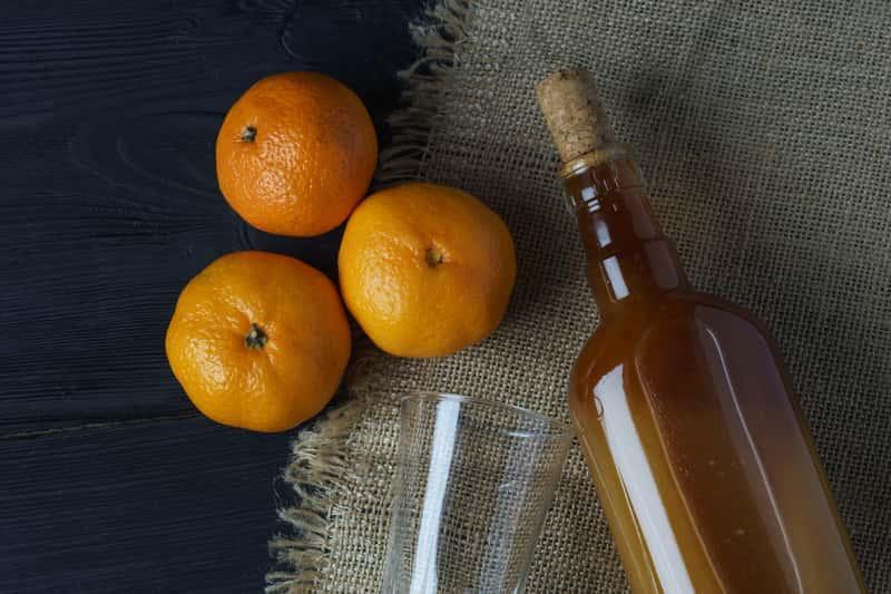 Nalewka w mandarynek w ozdobnej butelce, a także najlepsze przepisy na nalewkę mandarynkową krok po kroku