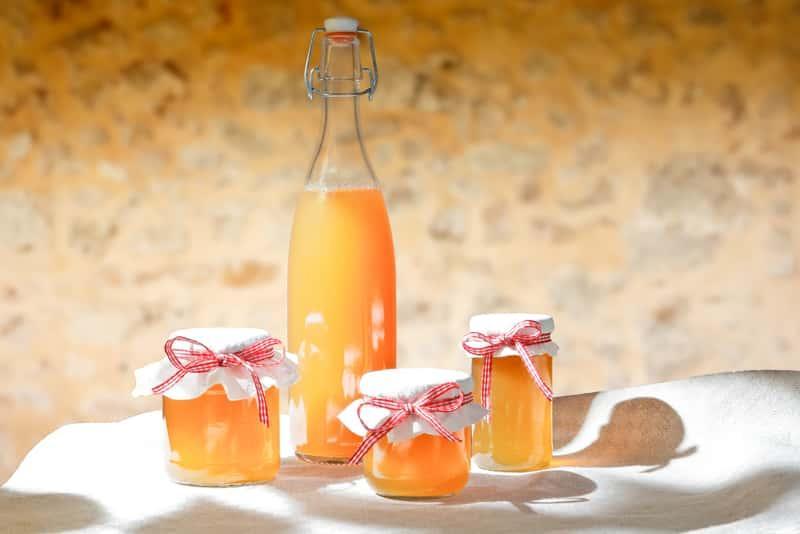Sok i syrop z pigwowca japońskiego w butelce, a także przepisy, przygotowanie, składniki i właściwości lecznicze i odżywcze