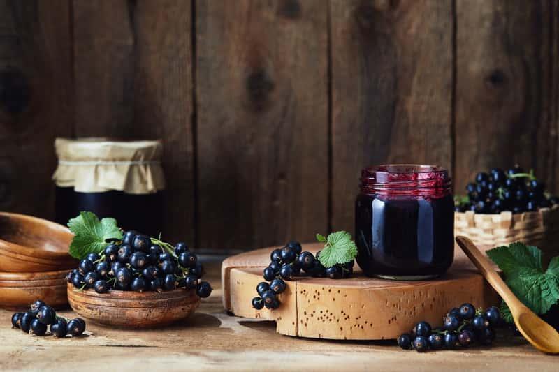 Konfitura z czarnej porzeczki w słoiku, owoce czarnej porzeczki - wykorzystanie, zastosowanie, proste przepisy na konfiturę porzeczkową