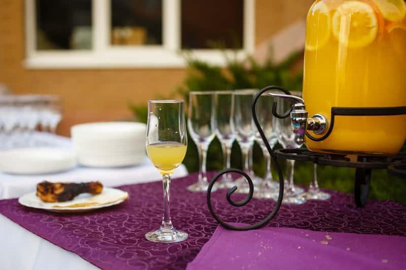 Nalewka z pomarańczy na wódce i spirytusie w kieliszku i ozdobnej butelce, a także najlepsze przepisy na nalewkę pomarańczową krok po kroku